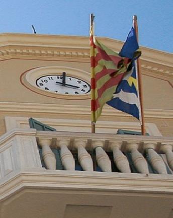 Fachada del Ayuntamiento de Sarrià de Ter (Gerona).