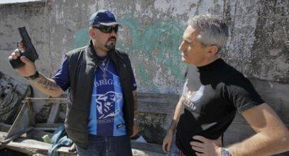 Jon Sistiaga y un 'barra brava' durante la grabación del reportaje.