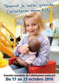 Campaña francesa en favor del amamantamiento y donde una niña blanca, en el supuesto papel de madre, sostiene en sus brazos a su 'hijo' de raza negra.