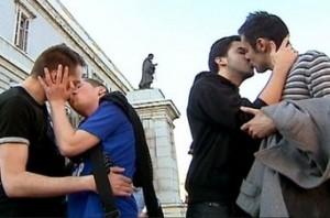 Los sarasas vuelven a provocar a los católicos españoles: Dos parejas se besan frente a la Catedral de La Almudena.