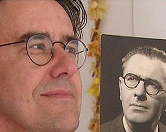 Barry Stevens muestra foto de su padre biologico Bertold Wiesner.