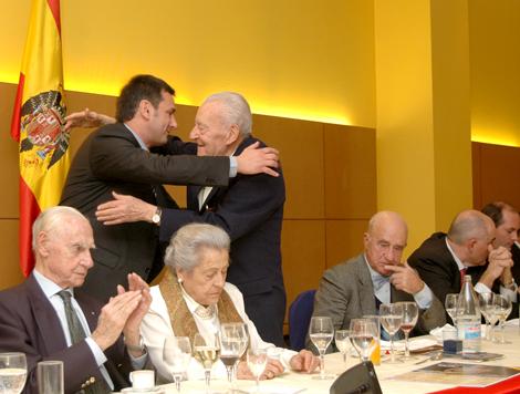 Blas Piñar recibe el abrazo de un asistente a uno de los muchos homenajes recibidos en los últimos años.