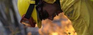 Un bombero, durante los trabajos de extinción Miguel Riopa.