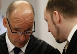 Anders Breivik hablando con uno de sus abogados.