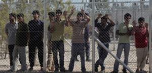 Inmigrantes irregulares en el campamento de detención de Amygdaleza, en Grecia.