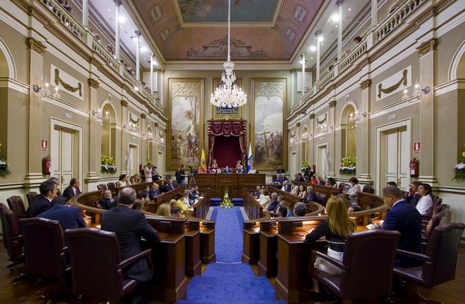 Salón de plenos del Parlamento canario.