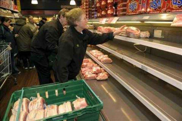Unos clientes compran carne de cerdo en un supermercado de la cadena Wegmans.