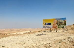 Cartel anunciador de una nueva construcción de un asentamiento para judíos en Maaleh Adumim, cerca de Jerusalen