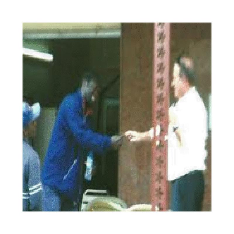 Un funcionario consular en Nador recoge la nota de un inmigrante subsahariano en las mismas puertas del Consulado.