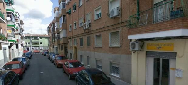 Imagen del edificio donde vive la familia que este lunes consiguió aplazar su desahucio.