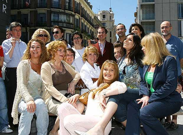 La liberal Esperanza Aguirre, rodeada de transexuales.