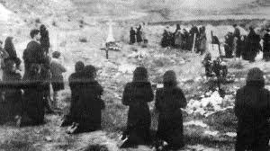 Familiares de asesinados en Paracuellos visitan las fosas al acabar la guerra civil.