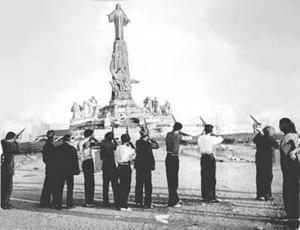 Criminales del bando republicano disparan al monumento al Sagrado Corazón de Jesús.