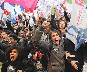 Simpatizantes de François Hollande celebran los primeros resultados.