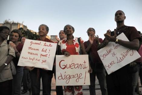 Un grupo de inmigrantes protesta contra el ministro del Interior francés por oponerse a que la comida 'halal' sea obligatoria en los colegios galos.