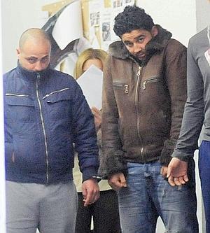 Pasan a disposición judicial a un presunto homicida, a la derecha en la imagen, y un narco.