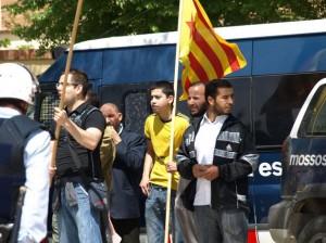 Un grupo de moros porta banderas catalanas con la estrella independentista.