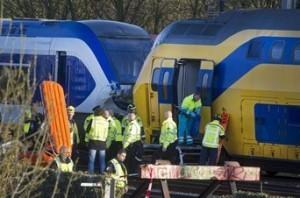 Equipos de rescate asisten a los heridos en el choque de dos trenes entre las estaciones de Amsterdam-Sloterdijk y Amsterdam-Centraal