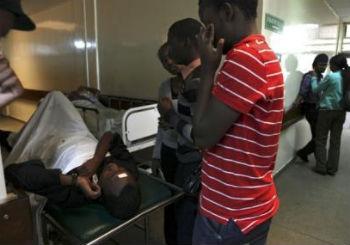 Amigos de una víctima lesionada en el Hospital Nacional Kenyatta, después de una explosión dentro de la Iglesia Internacional de los Milagros en Nairobi.
