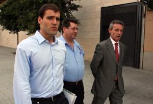 Daniel Ordóñez, en primer término, camino junto al líder de PxC, Josep Anglada (d).