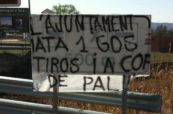 Pancarta de protesta por la muerte a tiros de un perro en Torà