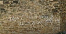 """""""DNE: a todo cerdo le llega su San Martín"""", texto de la pintada aparecida en Garínoain y obra de los proetarras."""