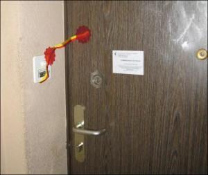 Puerta precintada del domicilio de la víctima española.