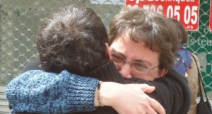 Rachid Alí es abrazado por su compañera tras ser puesto en libertad.