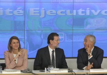 Rajoy, flanqueado por María Dolores de Cospedal y el 'perdedor' Javier Arenas.