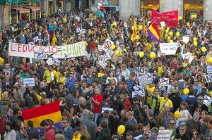 Miles de personas recorrieron ayer las calles de Barcelona en protesta por los recortes.