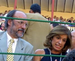 Francisco Javier León de la Riva junto a la alcaldesa de Madrid, Ana Botella, en una corrida de toros.