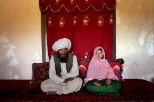 El caso detectado en el Reino Unido supera en crueldad al de la imagen: un septuagenario contrajo matrimonio en Yemen con una niña de 9 años.