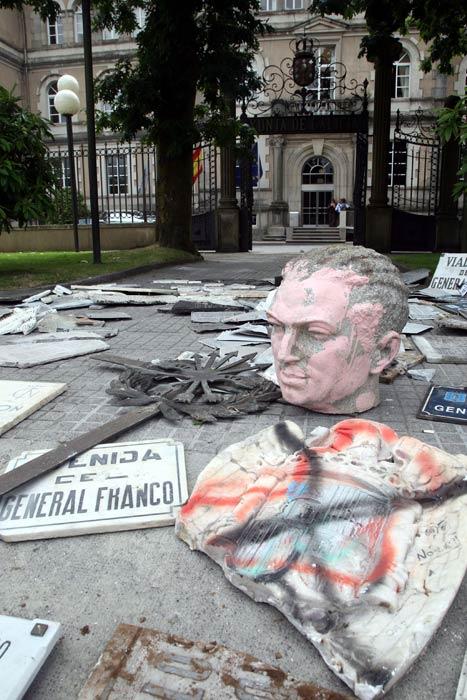 Símbolos de la España franquista tirados en plena calle.