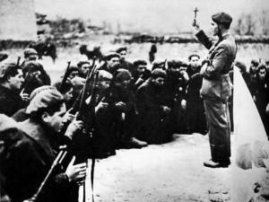 Voluntarios requetés de origen navarro reciben la bendición antes de entrar en batalla.