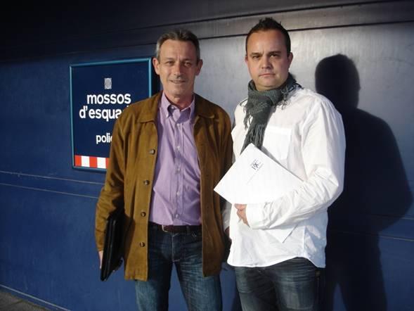 Anglada y Hernando, en la comisaría de los Mossos en Vic, donde ambos denunciaron a los responsables de los incidentes frente al domicilio del primero.