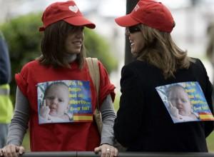 Participantes en una manifestación contra el aborto