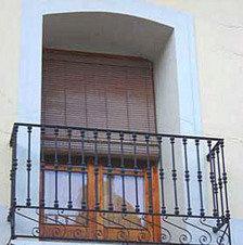 Imagen del balcón del que quedó suspendido el sargento de los Mossos d'Esquadra