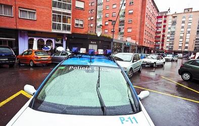 Uno de los vehículos policiales que acudió ayer por la mañana a la reyerta de la plaza de Roma.