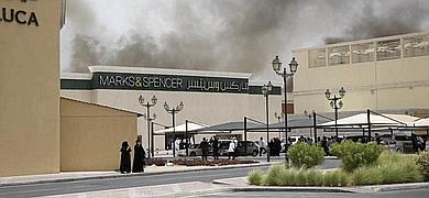 Columnas de humo brotan del centro comercial.