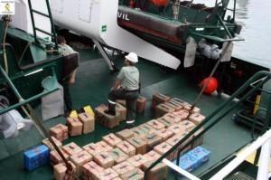 La Guardia Civil ha intervenido dos toneladas y media de droga en el Mar de Alborán y ha detenido a tres personas, varones e indocumentados, que han sido puestas a disposición judicial en Melilla.