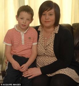 Elliott Dearlove, junto a su madre.