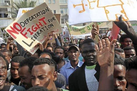 Inmigrantes africanos, la mayoría de Sudán y Eritrea, se manifiestan en Tel Aviv contra su repatriación.