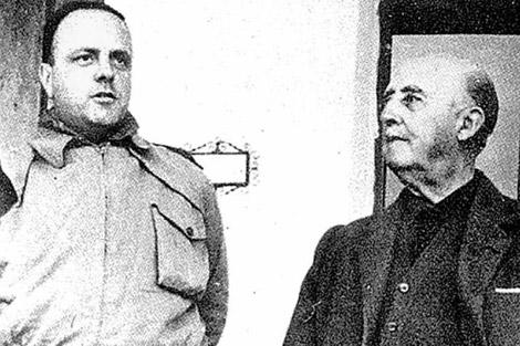 Franco junto al exministro de Informacion y Turismo, Manuel Fraga, antes de su conversion al liberalismo conservador.