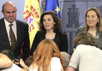 La vicepresidenta del Gobierno, Soraya Sáenz de Santamaría, el ministro de Economía, Luis de Guindos, y la ministra de Fomento, Ana Pastor, tras la reunión del Consejo de Ministros