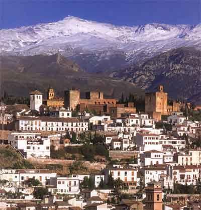 Imagen de Granada, con Sierra Nevada al fondo.