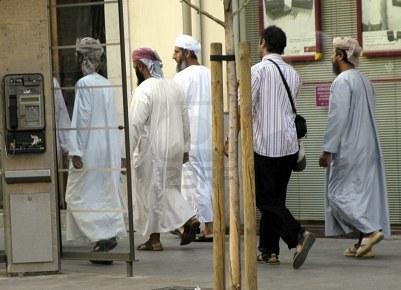 Musulmanes caminando por una calle en Granada.