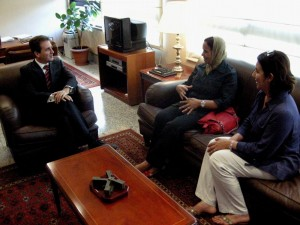 El exdelegado del Gobierno socialista en Melilla, Gregorio Escobar, con dos miembros de la Asociación Mujeres por la Igualdad.