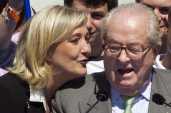 La ultraderechista Marine Le Pen habla con su padre, Jean-Marie Le Pen, durante la concentracion anual de su partido, el Frente Nacional, con motivo de la celebración del Primero de Mayo
