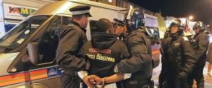 La Policía realiza una detención tras un disturbio en Londres.