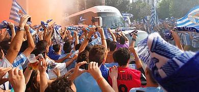 Miles de aficionados recibían al autobús del Málaga en La Rosaleda